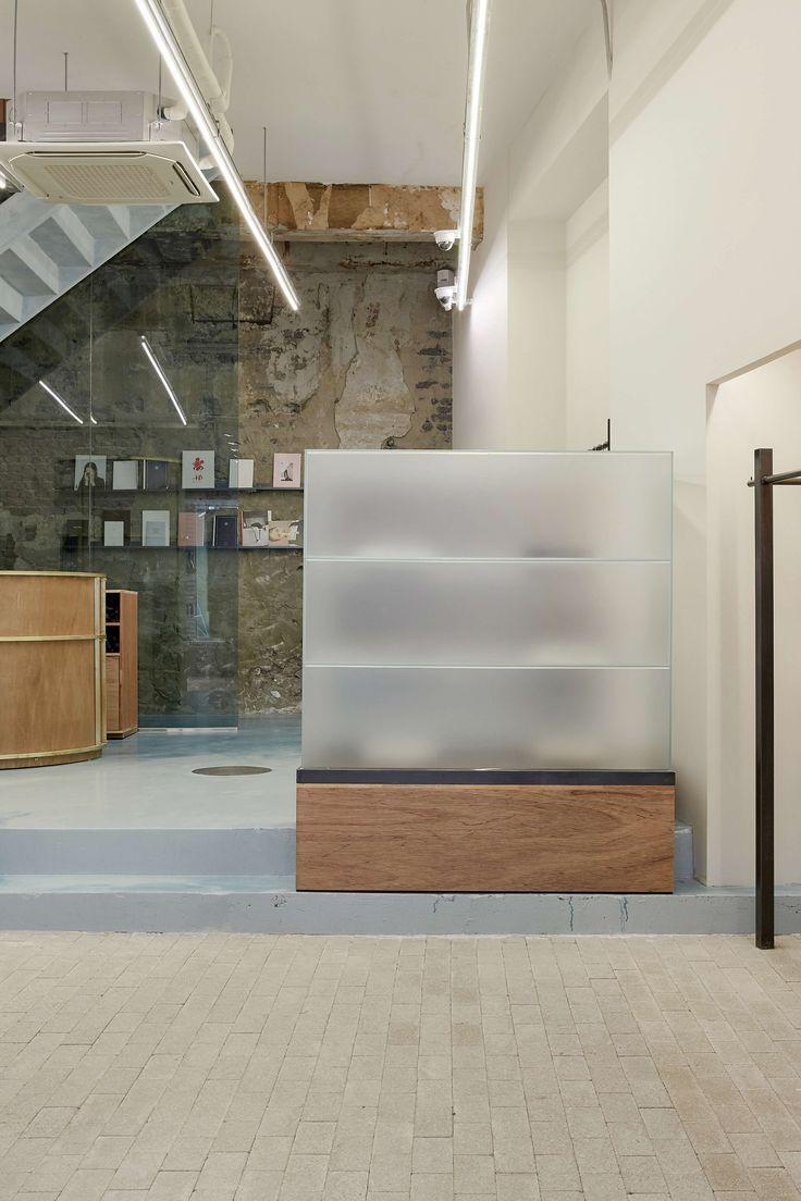 예술적 감각들로 채워진 로우클래식 쇼룸은 매력적인 재료들을 이용하여 형태, 색감, 재료들에 변주를 주었고, 보기 드문 공간으로 완성된 프로젝트다. TYPOLOGY 상업/패션 쇼룸 LOCATION 서울 중구 명동8길 8-13 SIZE 186m2(56평) CLIENT 로우클래식 INVOLVEMENT 컨셉 디자인, 시공 STATUS 완료 TIMELINE 2016년 05월