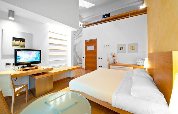 Le camere family disposte su due piani, sono la soluzione ideale per ospitare le famiglie. I genitori comodamente accomodati al piano inferiore, possono godere di tutti servizi della camera mentre al piano superiore un ampio soppalco è predisposto per accogliere i bambini.