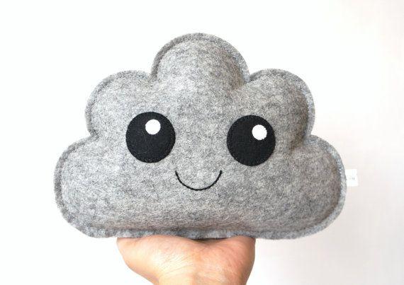 Dit Wolken kussentje is met de hand genaaid met grijs wolvilt.  Het knuffel wolkje heeft lieve en schattige details om een glimlach op uw gezicht te brengen. Perfect om als fotoprop te gebruiken of om een kinderkamer/babykamer te versieren. Een schattige eyecatcher voor elke kamer!  Grootte wolkje +/- 17x14 cm groot.  Aan mijn knuffels zitten geen knopen, strikken, of andere versieringen, Gezichtjes zijn erop geborduurd/genaaid om risicos bij kleine kinderen te voorkomen, maar controleer…