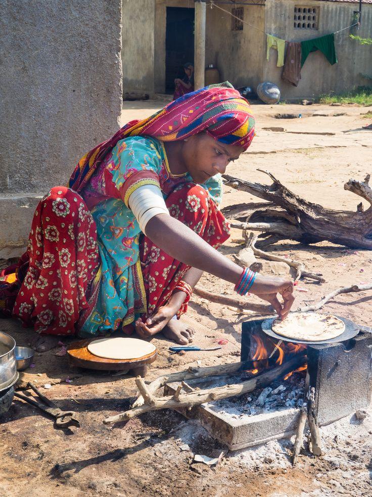 Bhuj -  Hodka - Kutch - Gujarat - India  We bezoeken verschillende dorpen in de Kutch.   We wandelen in de dorpen bewoond door de Khatri, de Sodha Raiput, de Meghwar,  de Halepotra, de Jat, de Raisipotra en de Summa. Het zijn vooral veekwekers.   De Meghwar vrouwen dragen zeer mooie kanjari, de plaatselijk gemaakte blouses. In de oren en de neus dragen vooral oudere vrouwen, net als de Jat, vaak kleurrijke juwelen.   Ze maken ook armbandjes, kralen, popjes en mooi borduurwerk.   Langs de…