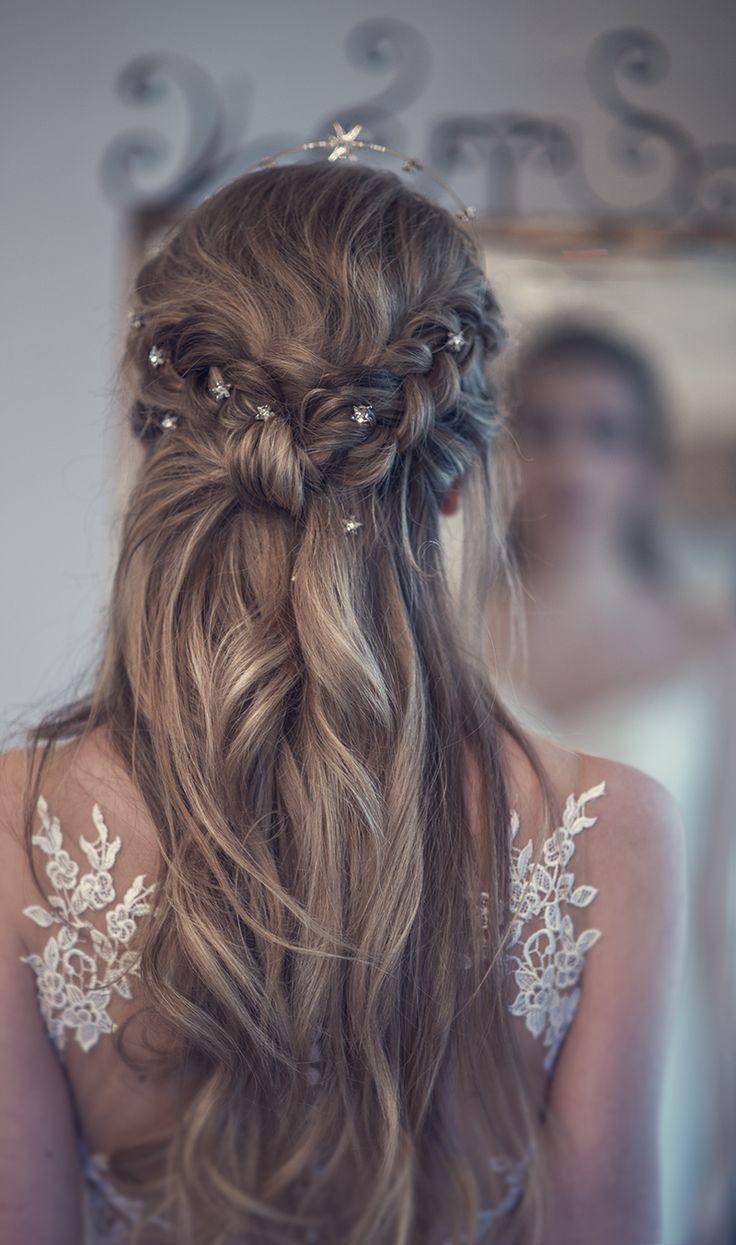 Schöne Braut halb über halb unter Hochzeitshaarinspiration