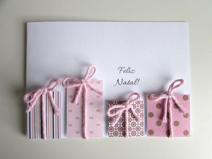 O Natal está chegando e junto dele toda sua magia... <br>Quem não gostaria de ganhar junto ao seu presente um cartão personalizado tão delicado como este? <br> <br>Uma forma singela e carinhosa de mostrar às pessoas queridas o quanto elas são especiais. <br> <br>Confeccionado em papel 180g na cor branca, com aplicações de estampas nas cores rosa e marrom, caracterizando pequenos presentinhos, arrematados em barbante rosa com laço. <br>Tamanho 15x10cm.