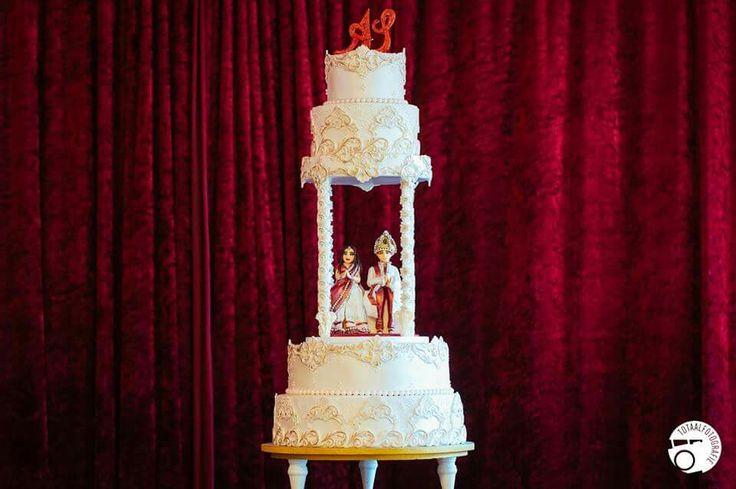 Indian maroh wedding cake with beautifull  indian bride and groom.   Indianweddingcake made by keekjes.