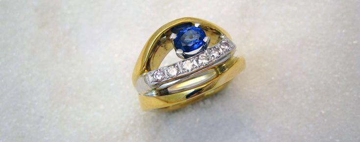 Ring smidd i gult og hvitt gull med safir og diamanter