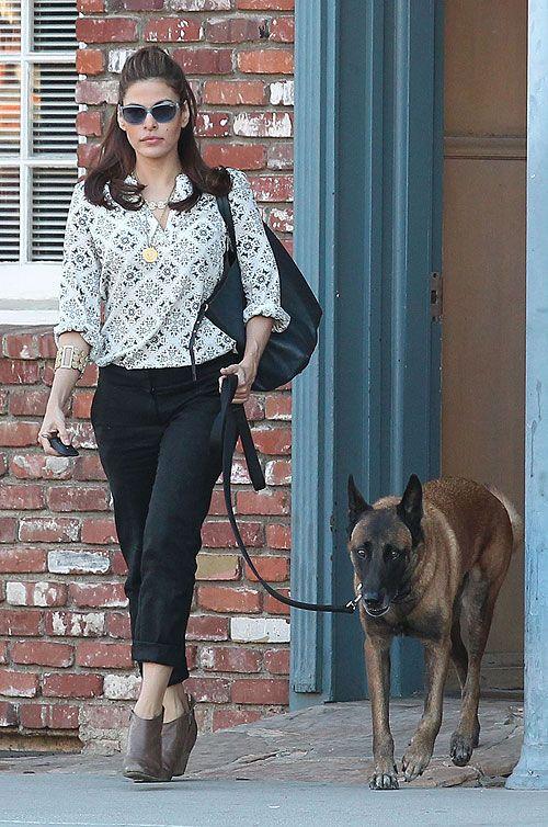 EVA MENDES  En Los Ángeles vimos a la actriz cuando salió de paseo junto a su mejor amigo, su perro Hugo. Conjuntó unos pantalones negros co...