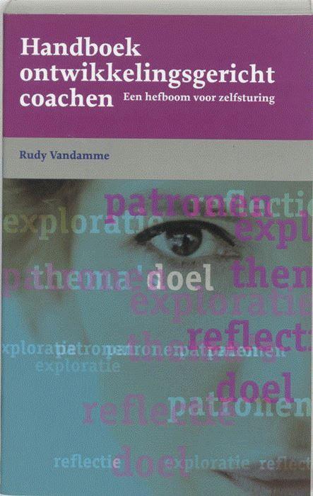 Handboek ontwikkelingsgericht coachen  Als u met coachen daadwerkelijk iemand vooruit wilt helpen bij het werk of in het privé-leven doet u meer dan ondersteunen of acties opvolgen. Dan coacht u de cliënt primair bij de ontwikkeling van het zelfsturend vermogen. Dit vermogen helpt de cliënt om zelf een nieuwe taak op te pakken of een uitdaging aan te gaan. Rudy Vandamme geeft in het Handboek Ontwikkelingsgericht coachen aan hoe u alles wat een persoon doet meer zelfsturend kunt maken…