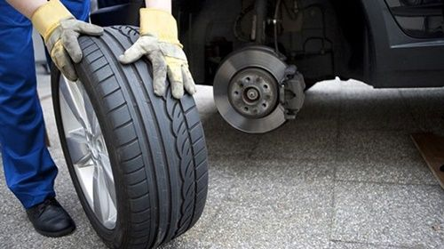 NHỮNG NGUYÊN NHÂN GÂY NỔ LỐP XE Ô TÔ CẦN BIẾT  Lốp xe ô tô là một trong những bộ phận có vai trò rất lớn đối với việc bảo đảm sự an toàn của người điều khiển xe. Nếu không chú ý, khi ô tô nổ lốp sẽ gây ra rất nhiều nguy hiểm khó lường. Dưới đây là những nguyên nhân chính gây nổ lốp xe ô tô mà bạn cần biết để có biện pháp phòng tránh.