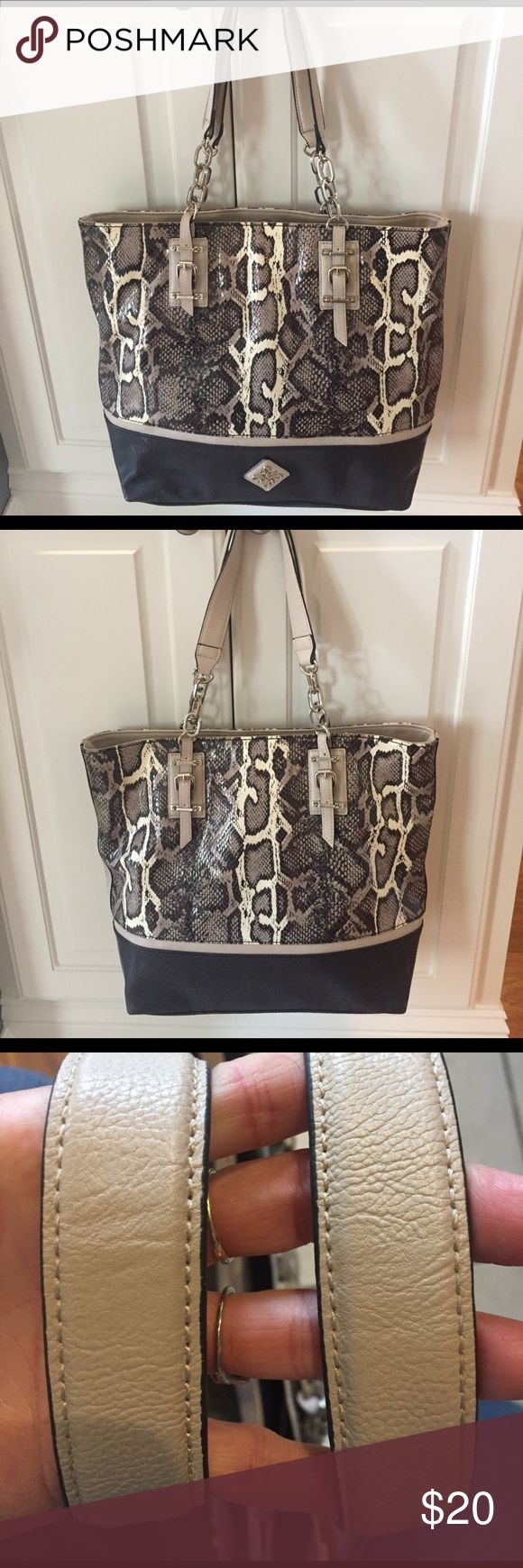 💕Simply Vera Wang Handbag Absolutely new condition inside and out gorgeous bag. Measures 12X13 Simply Vera Vera Wang Bags Totes