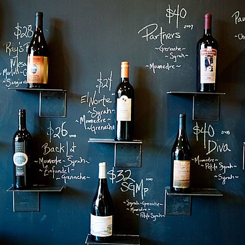 exposición del vino en pared de pizarra