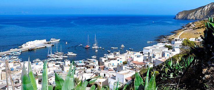 Il piccolo e antico borgo marinaro si affaccia sul mare incontaminato che da secoli rappresenta il tessuto stesso della vita sull'isola di Marettimo.