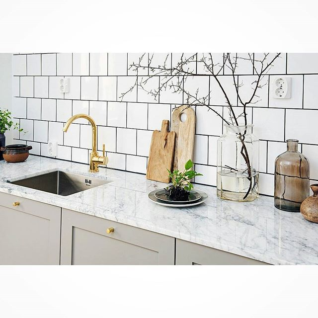 Profil 1 med bänkskiva i marmor och mässingsdetaljer. #gray #grå #ncs #valfri #mässing #brass #marmor #marble #tile #kakel #homestyling #interior #interör #inspirationinterior #kitchen #cabinets #pickyliving #ikeahack #IKEA #exklusiv #exclusive #cabinets #renovering #inspiration