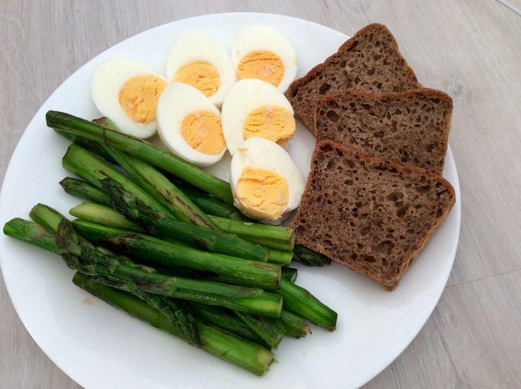 Vařená vejce, grilovaný zelený chřest a kváskový žitný chléb