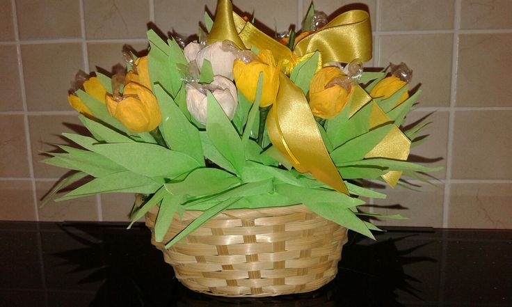 Cestino di tulipani in cartacrespa  e caramelle
