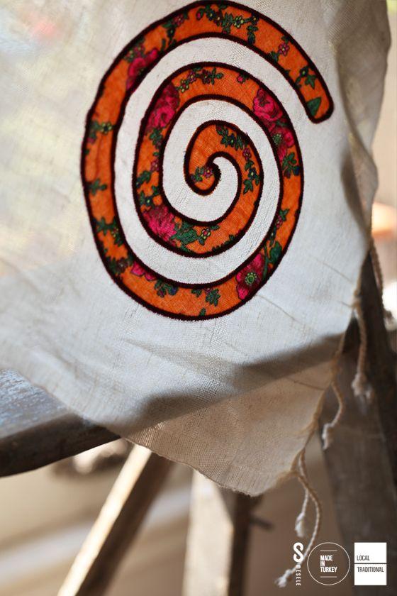 BUDİZM'DE KARMA MESELESİ Budizm'de Karma felsefesinin simgesi kabul edilen Spiral, hayatın içindeki sonsuz gelişim yolculuğunu temsil eder. İşte 'Spiral' sembolü, işte gelişim ve değişim Mesele'si.