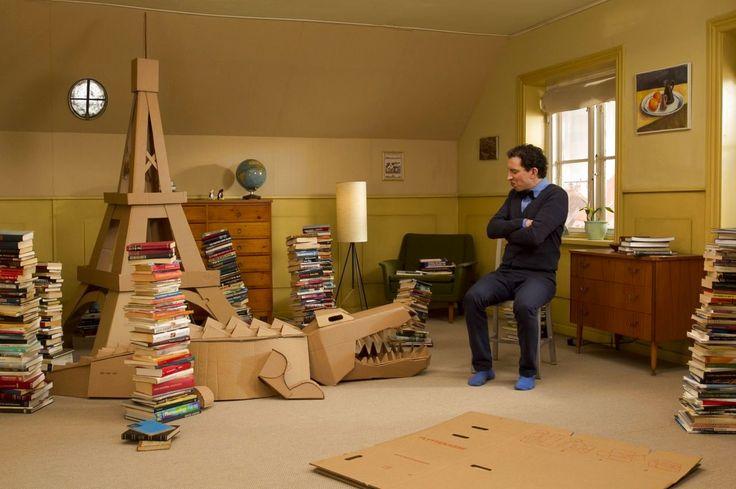 Peter Pix skal rydde bøger op og kommer ind med en stak flyttekasser, som han bakser med at samle.
