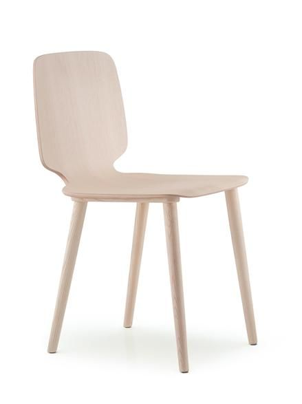 Babila wooden chair by Pedrali: airy and comfortable sitting