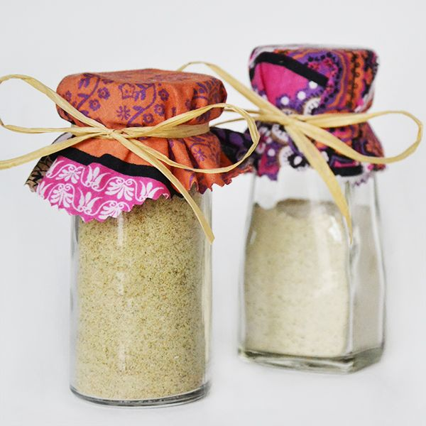 Questa ricetta veloce e semplice per fare sale aromatizzato al limone e rosmarino (con o senza aglio) costa poco, è buonissimo ed è un'ottima idea regalo!