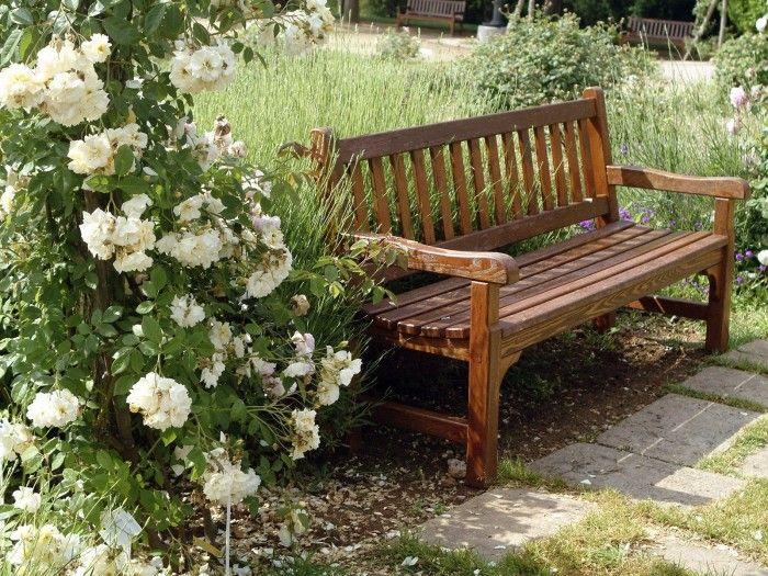 Классический дизайн деревянной скамейки покрытой лаком.