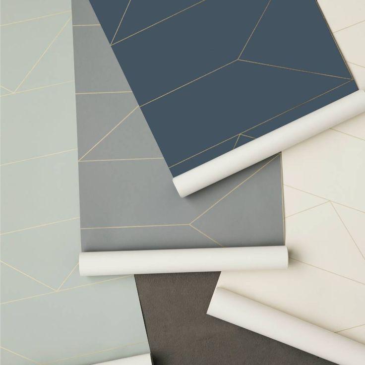 Upgrade je muur met dit elegante behang van Ferm Living. Dit donker blauwe behang heeft een patroon van gouden lijnen. Het Lines behang kun je subtiel toevoegen