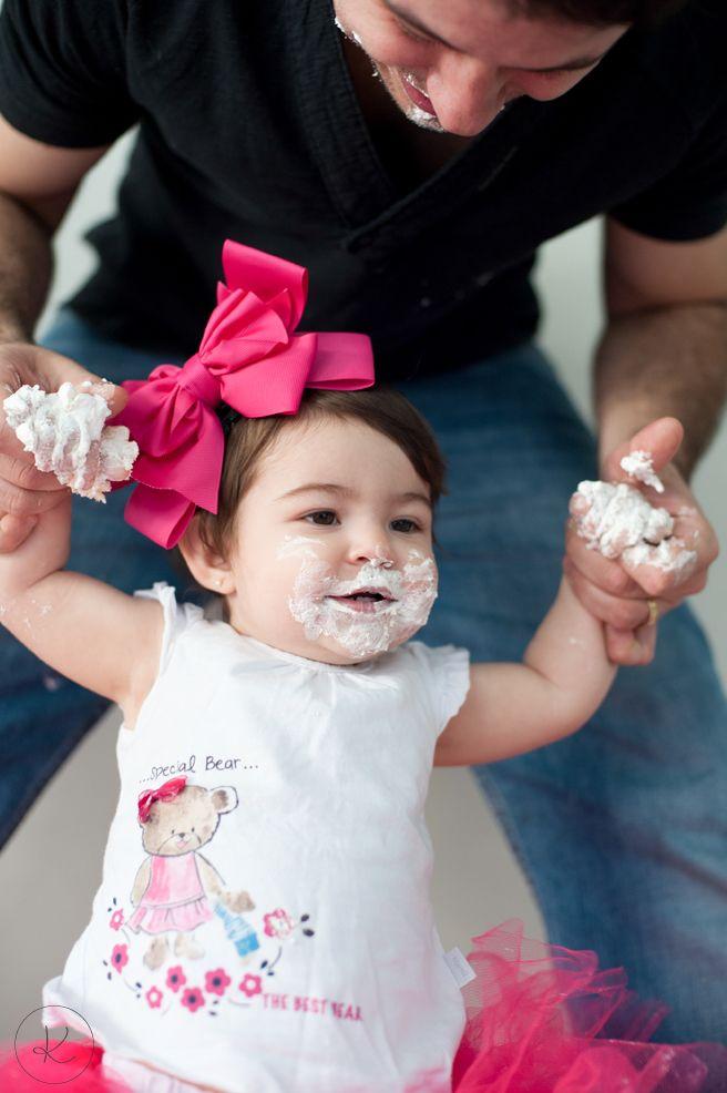 Pai e filha na sessão de fotos do primeiro aniversario #firstbday #babygirl #smashthecake