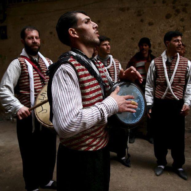 Uomini in costumi tradizionali suonano durante un matrimonio a Kafr Batna, in Siria, una città controllata dai ribelli