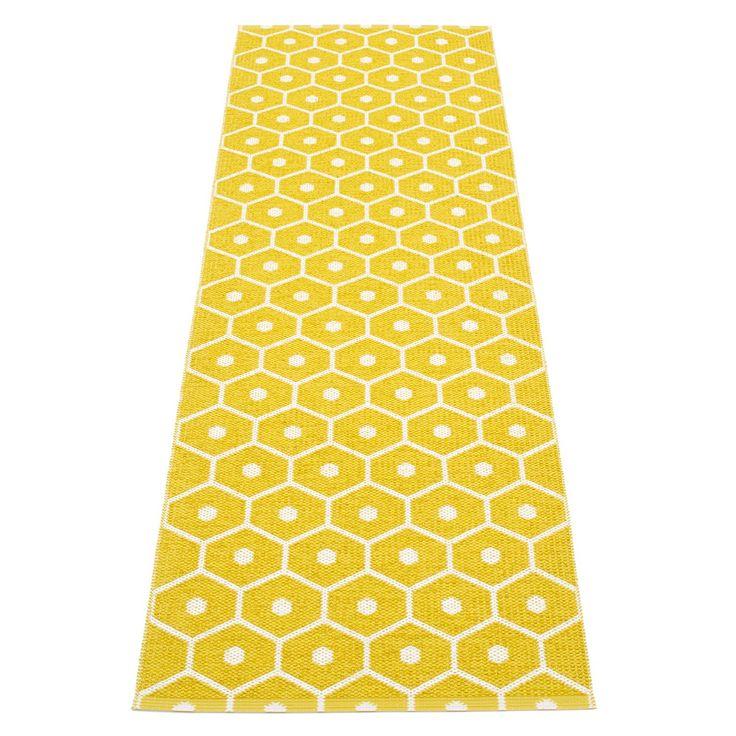 Honey teppe fra Pappelina. Et flott, enkelt og funksjonelt plastteppe produsert i PVC-plast og Polye...