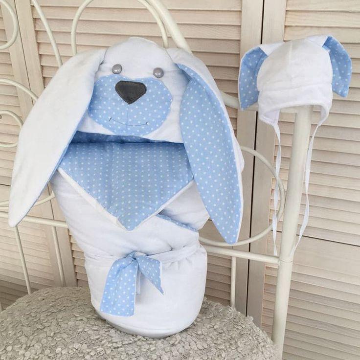 Дизайнерский комплект для новорожденного мальчика в подарок Зайка из конверта – одеяла и шапочки с заячьими ушками выполнен вручную. Ушки на уголке и шапочке двухцветные, объемные. Одеяло двухцветное, наполнено утеплителем. Размер 85х85см. Шапочка на удобных завязках, конверт дополнен двухцвет