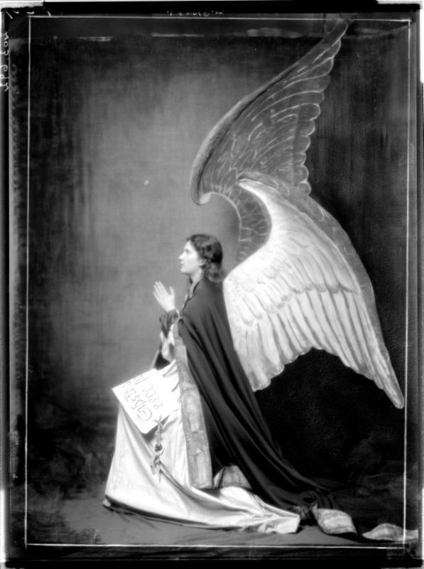 Marie Margarethe Gräfin von Wimpffen in Engelskostüm, 1914.