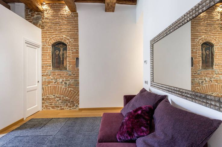 Apartamento em Florença, Itália. House of charm placed an 8-minute walk from Piazza Duomo, the recent restoration has combined and melted together historical and modern. Fine and equipped with all comfort. The best place from which to visit the historic center of Florence.  Elega...