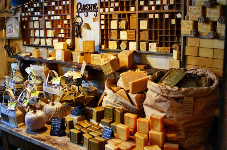 Fabryka prowansalskiego mydła - miejsce pełne kolorów i smaków. A także przeróżnych kształtów - mydlanych. Zwiedzanie i zakupy.