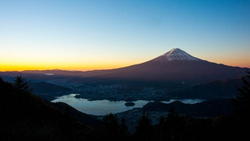 Fine Morning by peaceful-jp-scenery Mt.Fuji Morning Sight @ Shindo Pass 新道峠からの富士山  One more photo from Shindo Pass. Mt.Fuji is covered with morning light. I took photographs here over 3 hours although the temperature was minus. From the night A900 100% battery was exhausted. Ill upload one more image crossing the night and morning lights scene on new years day.  新道峠からはもう一枚朝の光に包まれる富士山です 気温が氷点下の朝方この場所で3時間以上も撮影していた自分が信じられないです α900の100充電の電池も朝だけで使い切ってしまいました こちら掲載が遅くなり申し訳なかったですが数多く撮影した中で…