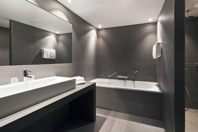Foto: Mooie strakke badkamer; vloertegels ook op de wand.. Geplaatst door bolkoon op Welke.nl