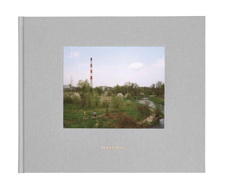 """Patryk Karbowski w """"Halfway"""" przygląda się średniej wielkości miastu w centrum Polski i podobnie jak w """"Nowych Polakach"""", swojej poprzedniej książce, znowu mówi o dorastaniu."""
