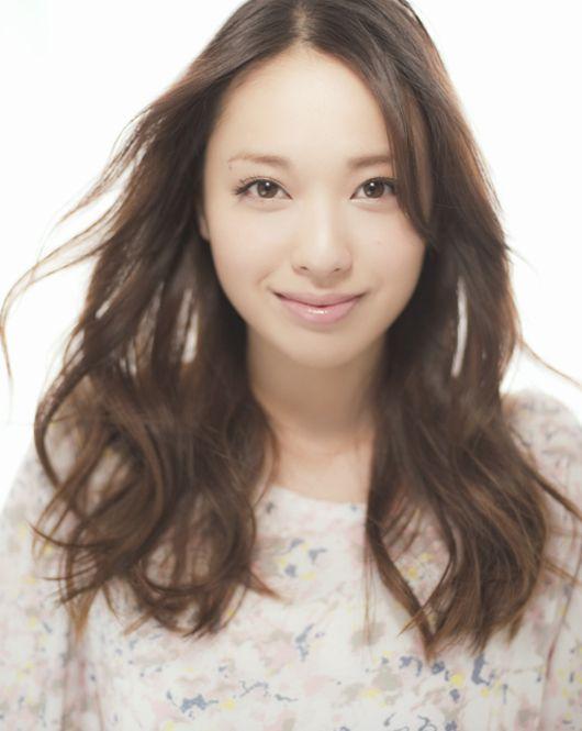 戸田恵梨香さんも一時ショートヘアでしたが、前髪なしで清純系セミロングヘアーも似合います!