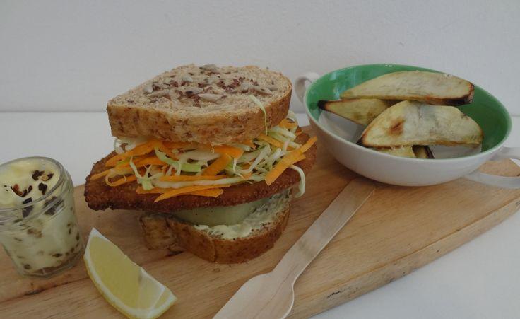 Sandwich de Milanesa, berenjenas en escabeche, coleslaw y mayo de chipotle.