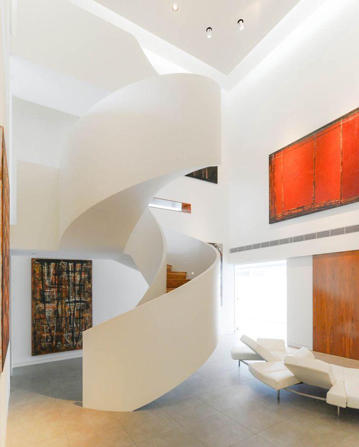 Architektenhäuser: Flachdach-Villa am Hang