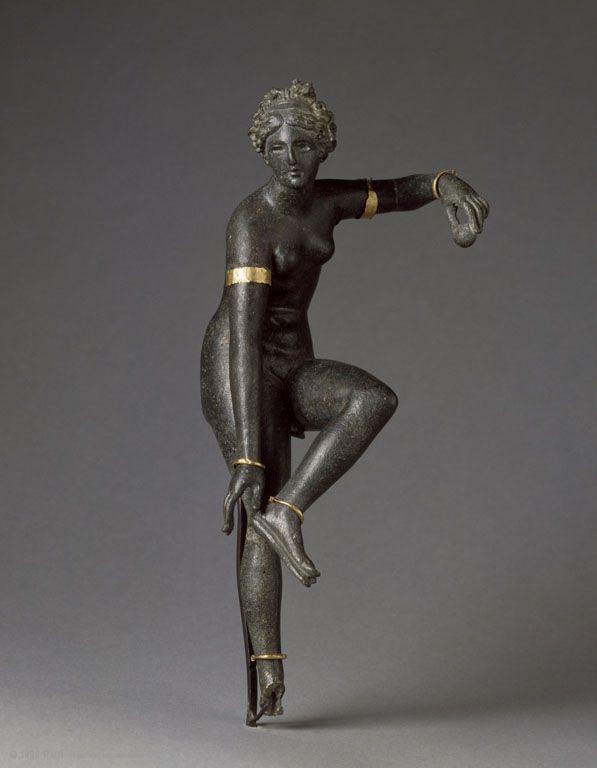Aphrodite détachant sa sandale | Musée du Louvre | Paris Aphrodite détachant sa sandale Epoque romaine Syrie? BronzeBijoux en or rapportés H. : 22,20 cm. Collection de Clercq, don Boisgelin, 1967