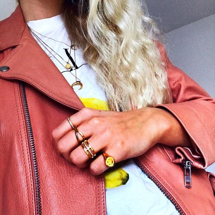 #hviskstylist #hvisk #fashion #blonde #girl #girly #style #stylish #emmabukhave #leatherjacket #bikerjacket #gold #jewelry #rings #necklace