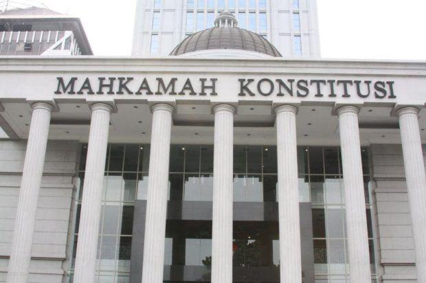 Berita Islam ! Lebih dari 20 Advokat Wakili Ormas Ajukan Judicial Review ke MK... Bantu Share ! http://ift.tt/2u4N52G Lebih dari 20 Advokat Wakili Ormas Ajukan Judicial Review ke MK  Jakarta  Upaya judicial review untuk menolak Perppu 2/2017 tentang Ormas diajukan kepada Mahkamah Konstitusi (MK) hari ini Jumat (28/07). Terdapat 20 advokat yang mendampingi perwakilan ormas untuk secara simbolis mengajukan hal itu. Menurut salah satu tim advokat Kapitra Ampera ada lima perwakilan ormas yang…