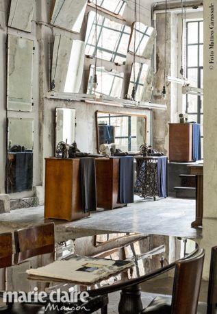 Nell'atelier di Antonio Marras. Macchine per cucire compongono la scenografia di Sara Conforti, teatro della sfilata Uomo 14/15.