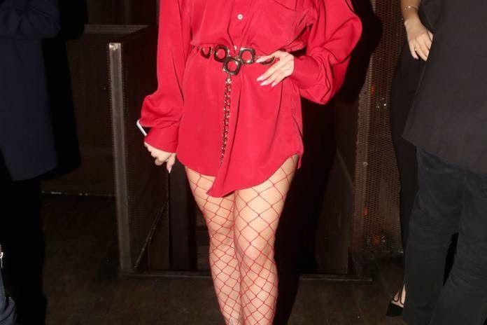 Ελληνίδα φόρεσε... πουκάμισο και κόκκινο δαντελένιο καλσόν και πήγε να διασκεδάσει!