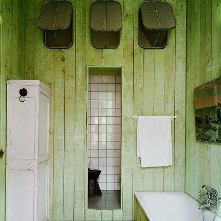 Une salle de bain verte en bois