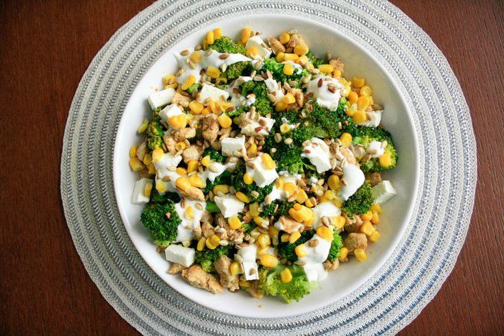 Idealna na imprezy rodzinne, spotkania, przyjęcia sałatka z brokułem kurczakiem i fetą. Błyskawiczna i prosta w wykonaniu, ładnie się prezentuje