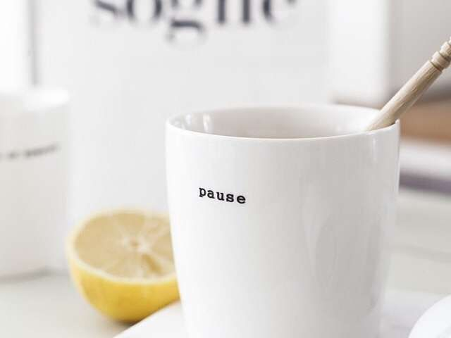 Hvit porselens kopp, med sort skrift. Fra Søgne Home