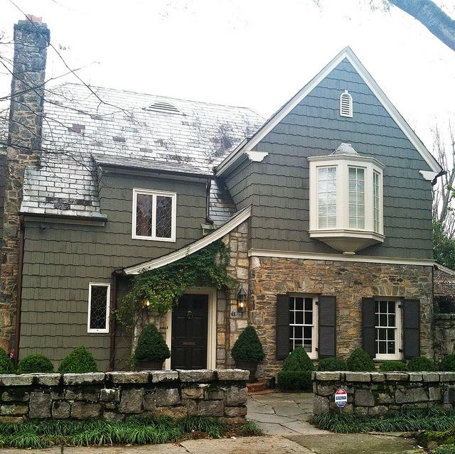 Best 25 tudor house exterior ideas on pinterest for Tudor siding
