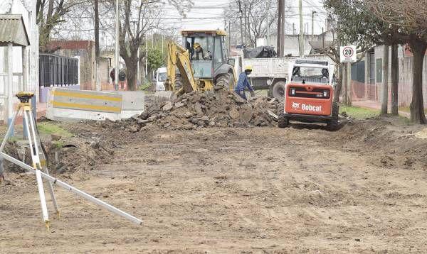 Nardini junto a Sol Jimenez supervisaron inicio de obra de pavimentación en el barrio Santa Lucía