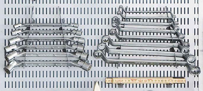 Kiintoavaimet siisteissä riveissä. - Wrenches in neat rows.