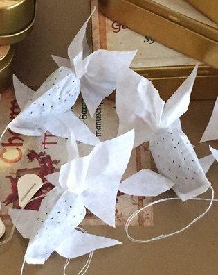 Maak uw kerst / verjaardag, etc. dienen nog specialer met een gepersonaliseerd bericht.  4 goudvis vormige handgemaakte theezakjes in een tinnen gift box.  Onze handgemaakte theezakjes kijken net als goudvis Wanneer geweekt in warm water. Wanneer de kleur van de thee binnenkant van de zak het water kleurstoffen, de goudvis theezakjes worden zeer realistisch.  Dit vindingrijke ontwerp zal zeker enkele stijl toe te voegen aan uw volgende kopje thee. Zou een geweldige aanvulling op uw feest…