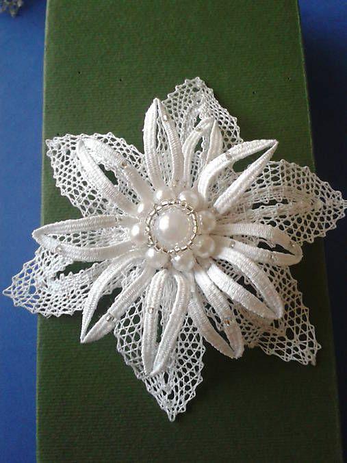 kvet je upalickovany z bavlnenych niti spevneny drotikom a doplneny bielymi a striebornymi goralkami pripinanie na uzatvaraciu sponu...