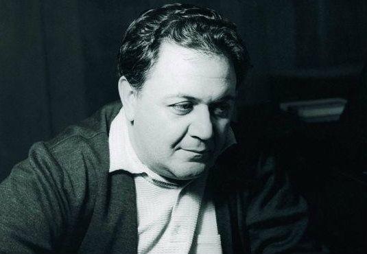 Η #Μυθολογία του Χατζιδάκι δημοσιεύεται για πρώτη φορά το 1966. Εκδόσεις Κεραμεικός. Το 1980 η μικρή συλλογή του που 'χει για θέμα της μια λαϊκή μεταφυσική επανεκδίδεται.  .......................Ο #Μάνος_Χατζιδάκις έχει ήδη κατακτήσει την ελληνική, μουσική σκηνή. Ακουμπώντας σ' ένα είδος βυζαντινής ανάμνησης μες στην υγρασία της #μουσικής του κάνει μύθο τις ταπεινές ζωές. _______________________ Γράφει ο Απόστολος Θηβαίος #music #book Manos Xatzidakis Manos Xatzidakis…